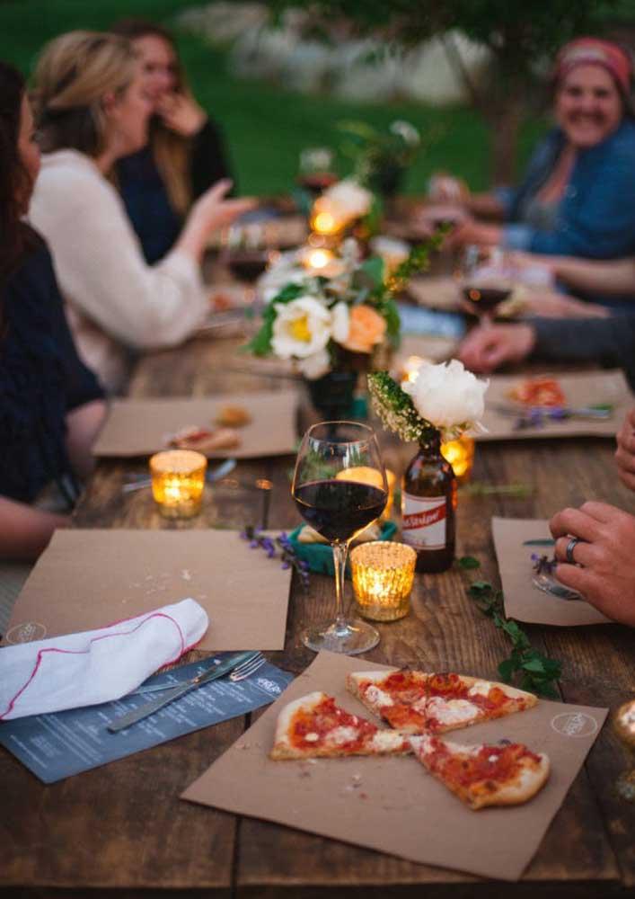 Noite da pizza ao ar livre regada a luz de velas e um bom vinho