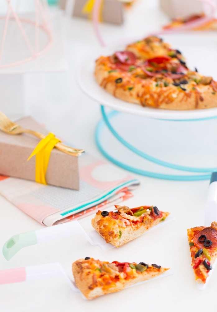 Pequenos pedaços de pizza para servir os convidados aos poucos