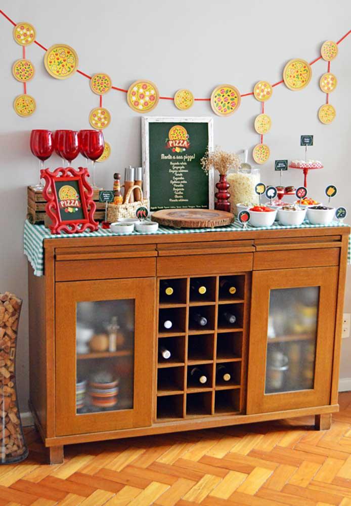 O aparador da sala de jantar pode se tornar o lugar perfeito para acomodar as louças, ingredientes e outros utensílios que serão usados na noite da pizza