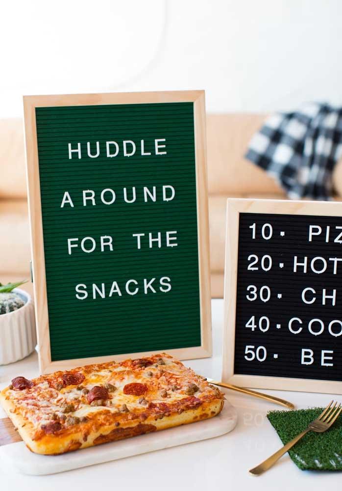 Aqui se destacam a pizza quadrada e o quadro de letras removíveis