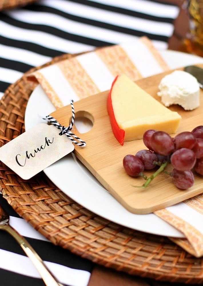 Para cada convidado, uma tábua de queijos e frutas em porções individuais