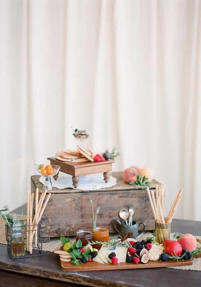 Noite de queijos e vinhos com acompanhamento de frutas e mel