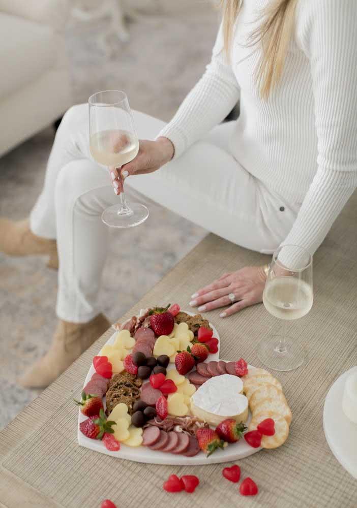 Noite romântica de queijos e vinho com tábua em formato de coração