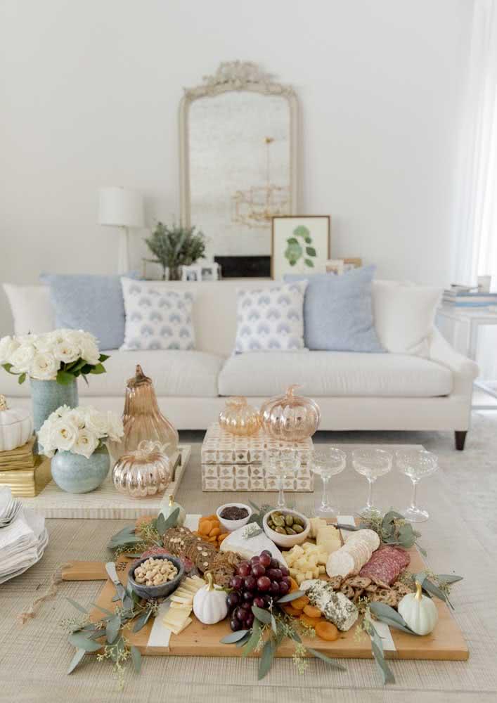 Noite de queijos e vinho romântica na sala de casa