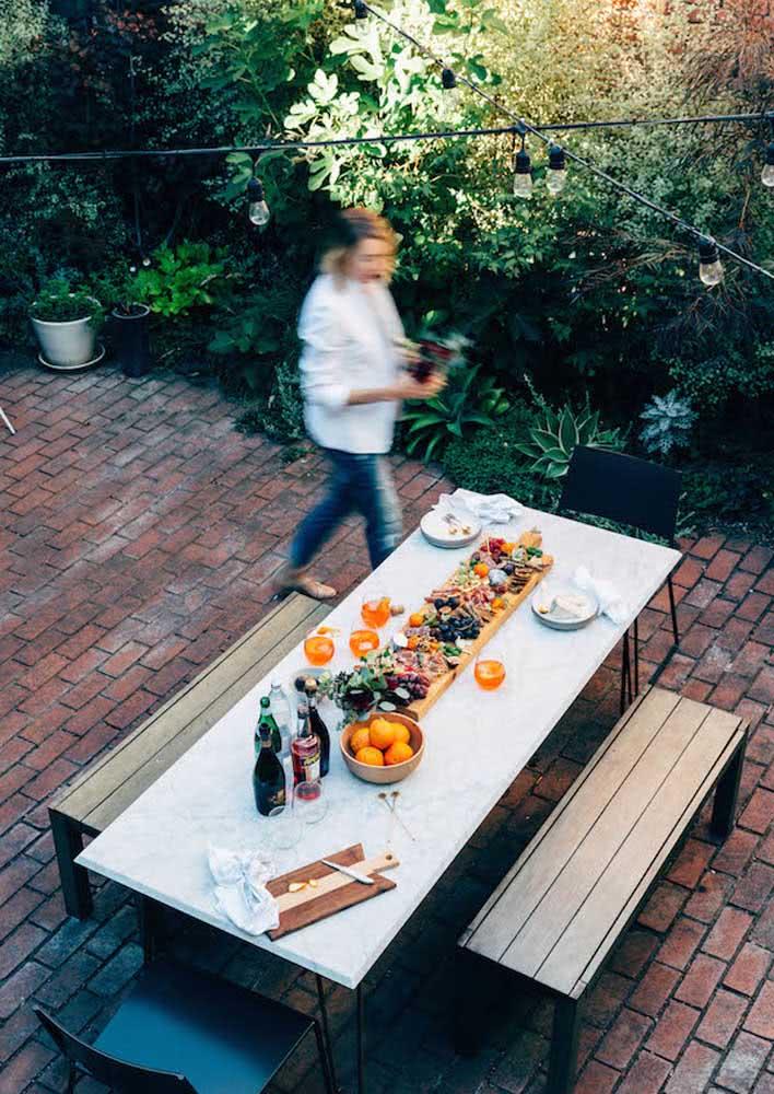 Queijos e vinho no jardim: descontraído e informal
