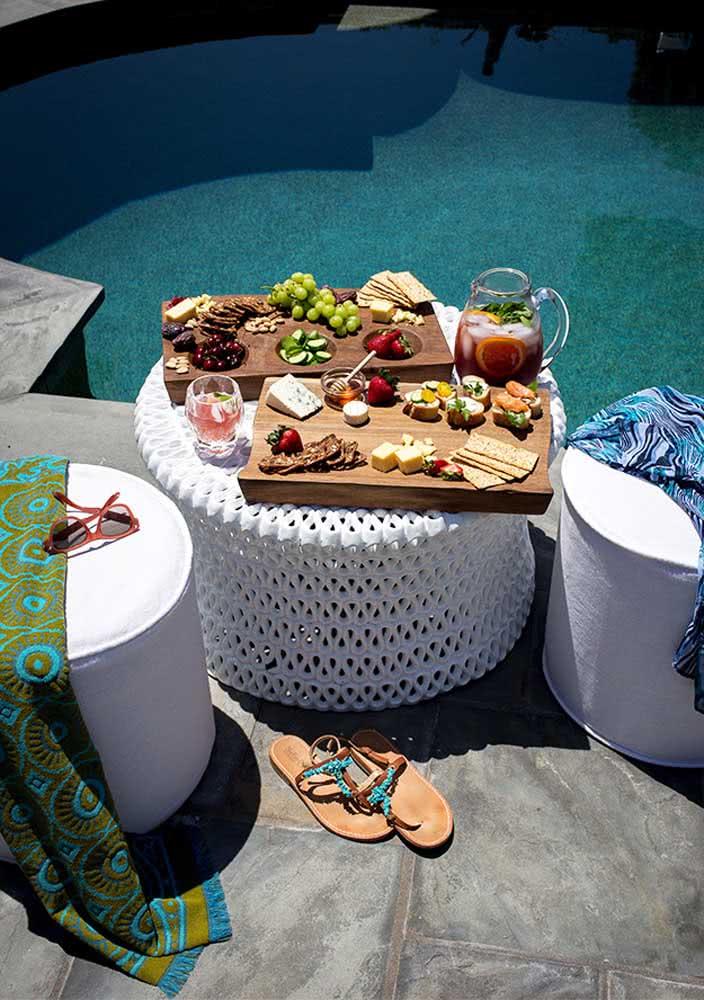 E o que acha de uma recepção de queijos e vinho na piscina?