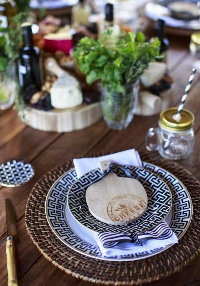 Se quiser uma noite de queijo e vinho bem especial prepare a mesa posta com a sua melhor louça