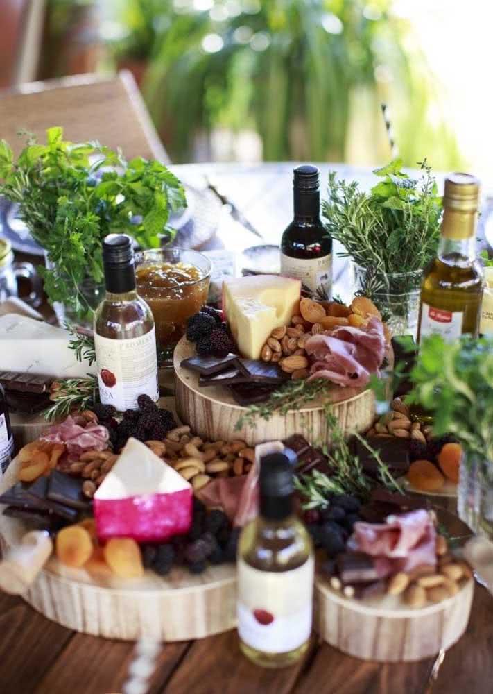E acomode queijos e frutas sobre tábuas rústicas de madeira