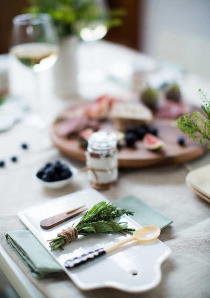 Ervas aromáticas para decorar a noite de queijos e vinho