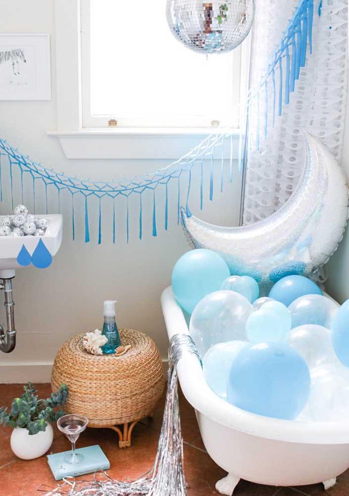 Decoração de Spa Day para o banheiro. Os balões garantem um clima mais festivo ao momento