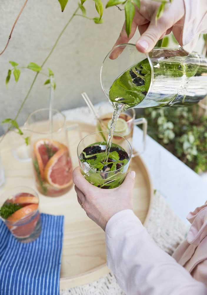 Água aromatizada com ervas para refrescar o Spa Day