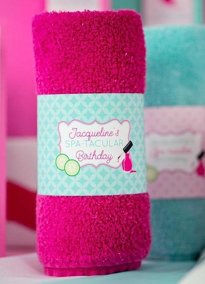 Toalha de banho personalizada para o Spa Day. Cada convidado ganha uma