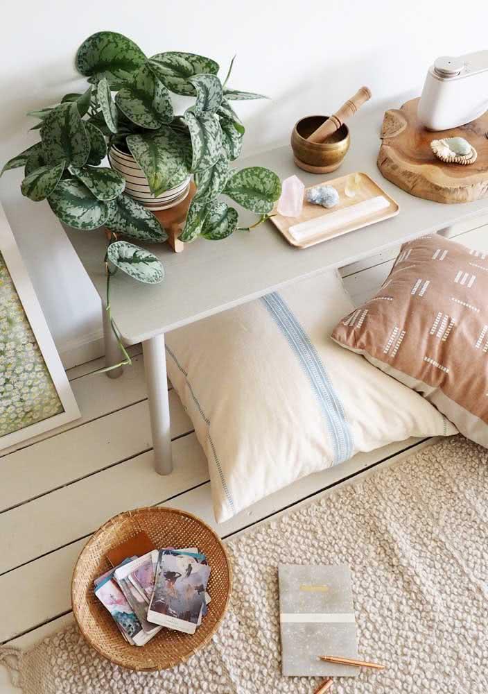 No espaço da meditação ofereça almofadas confortáveis, pedras, incensos e quem sabe até um oráculo, como esse dentro do cesto