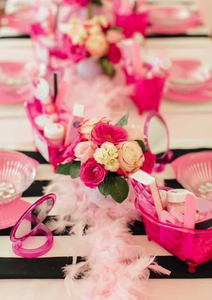 Para as convidadas mirins, óculos de sol, flores e plumas