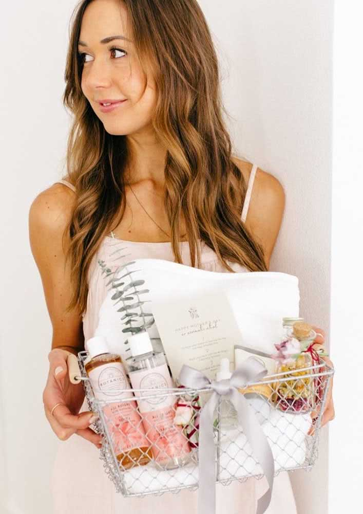 Dentro da cestinha, o Kit Spa Day vem completo: shampoo, sabonete, sais de banho, toalha, entre outros itens