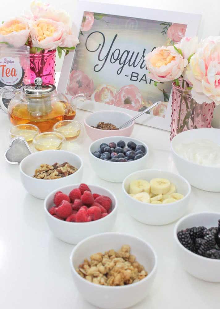 Aqui, o cardápio vem com iogurte e diversas opções de frutas