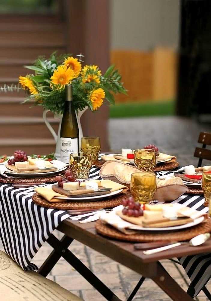 Noite de queijos e vinho no jardim com decoração simples e rústica
