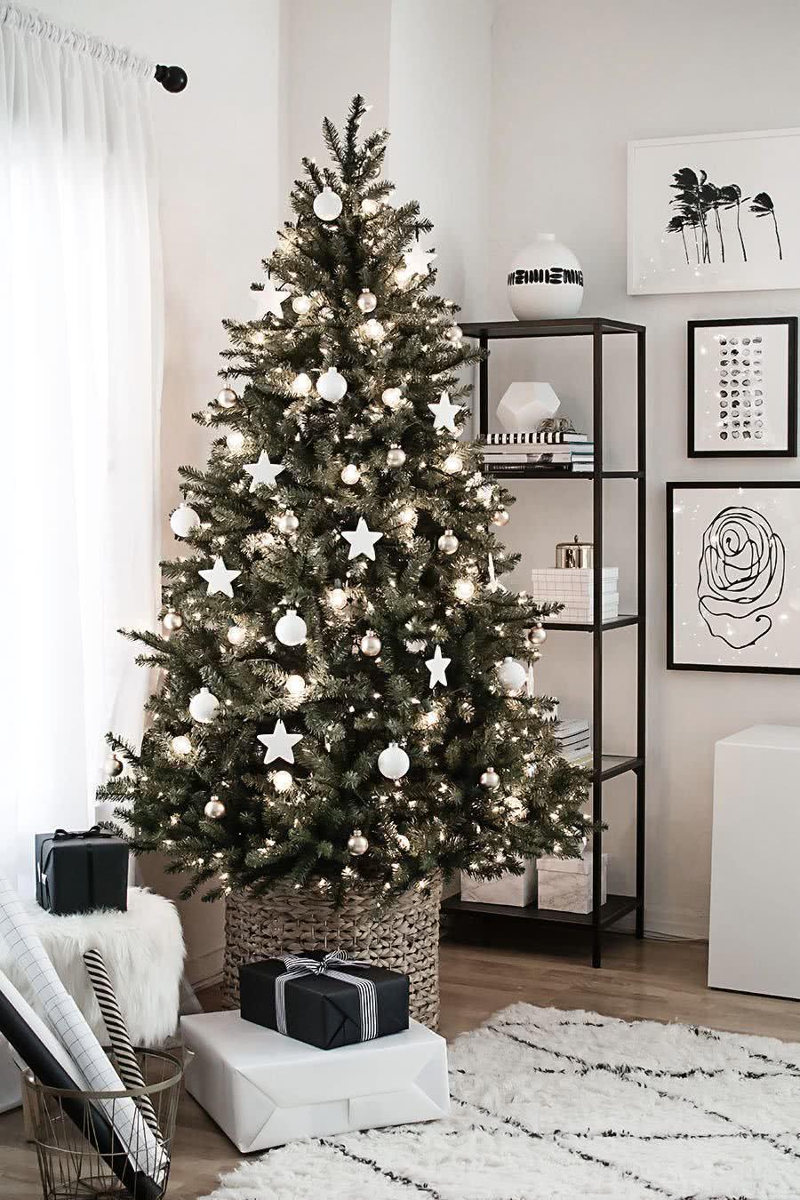 Árvore de Natal pronta para decorar sua sala de estar.