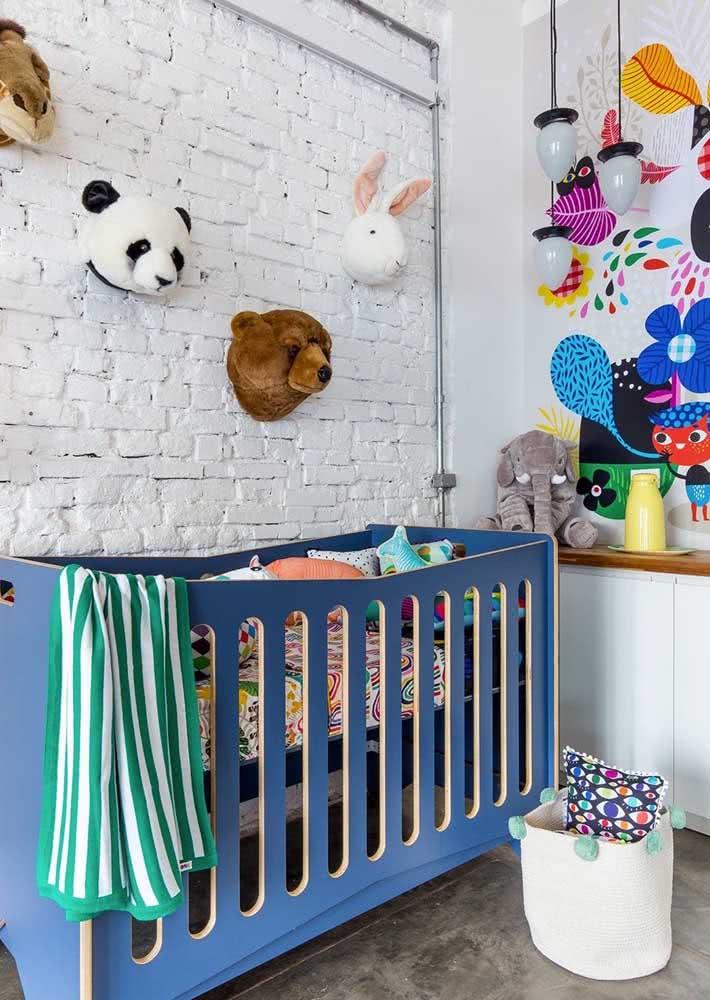 Lustre pendente para quarto de bebê moderno. Repare que o lustre foi instalado longe do berço