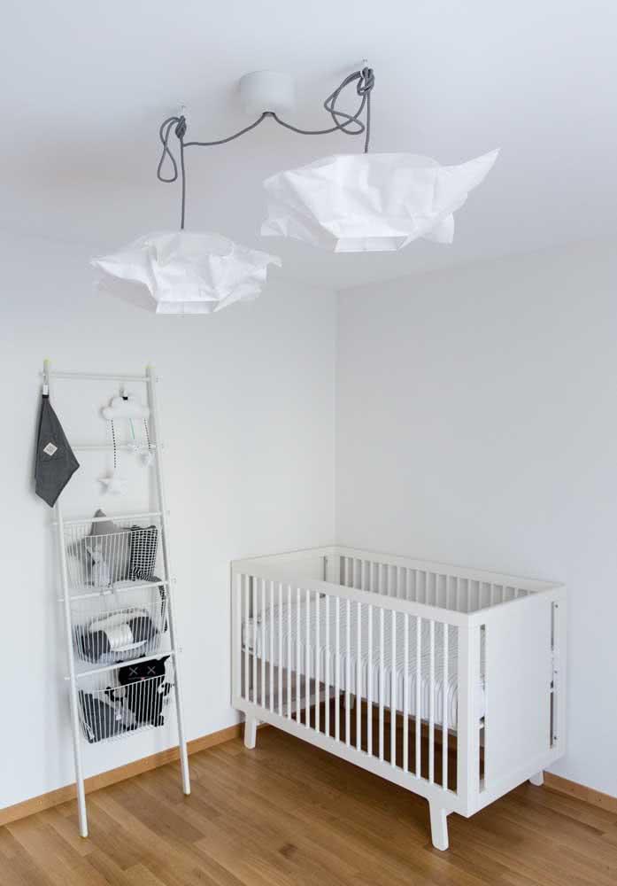 Quarto de bebê minimalista com lustre branco e moderno