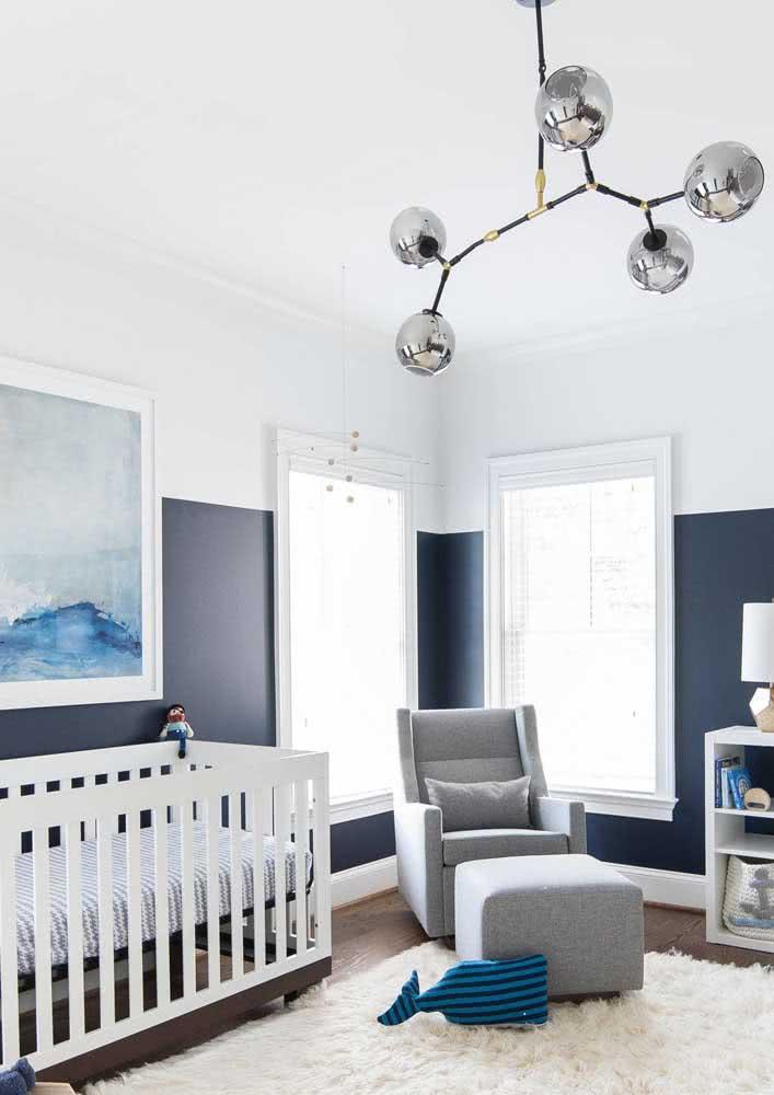 Aqui, o quarto de bebê masculino ganhou um lustre prateado super moderno