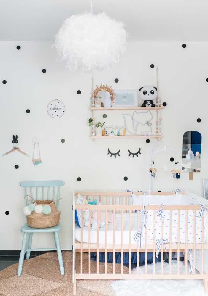 Um lustre tão fofinho quanto a decoração do quarto