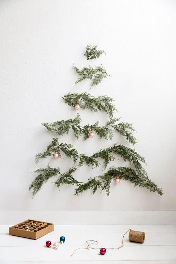 Monte uma árvore de Natal na parede de forma criativa