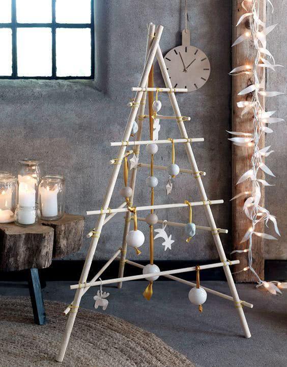 Árvore de Natal com cabos de madeira.