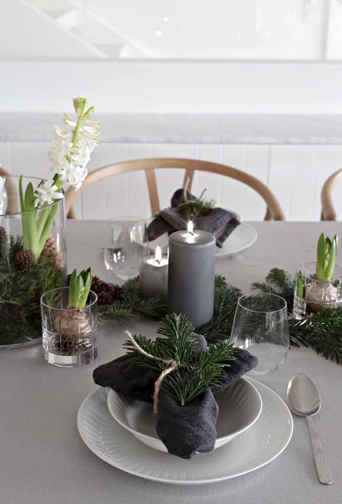 Arranjo de mesa de natal com flores de alecrim