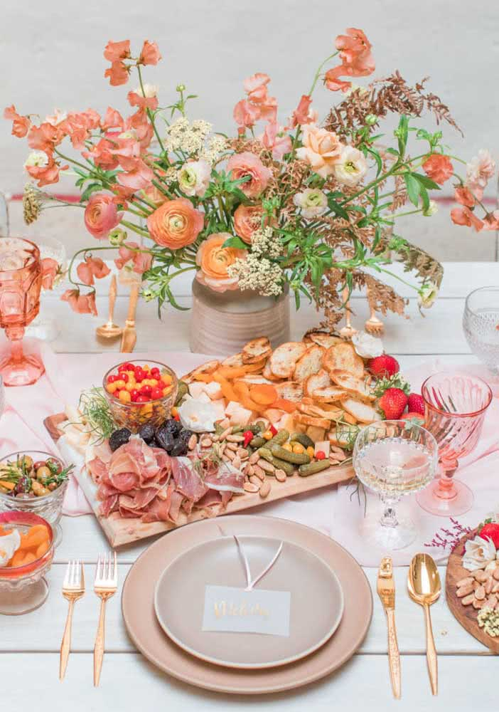 Complete the decoration of the cold plate with flowers