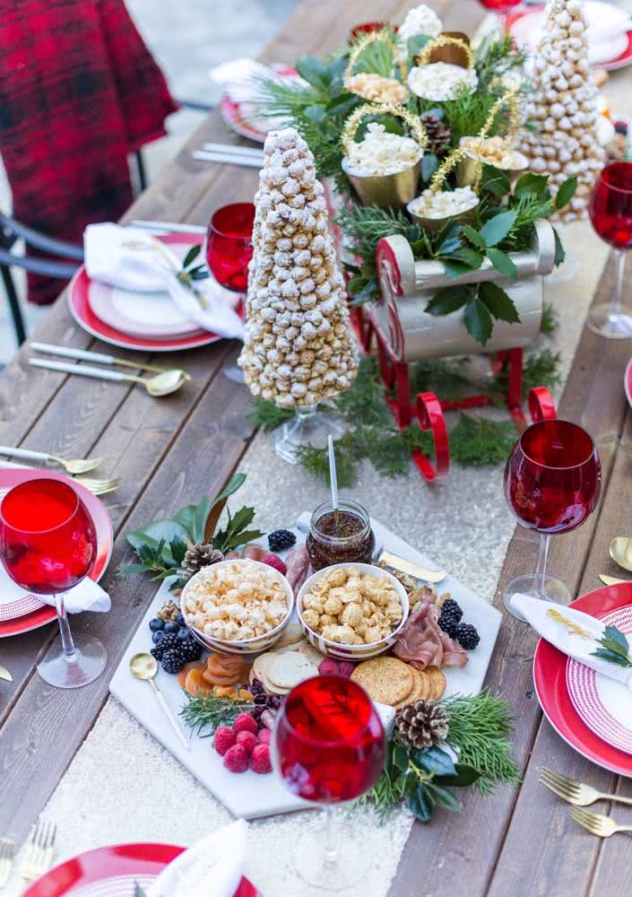 Board of cold cuts for Christmas asks for a typical decoration