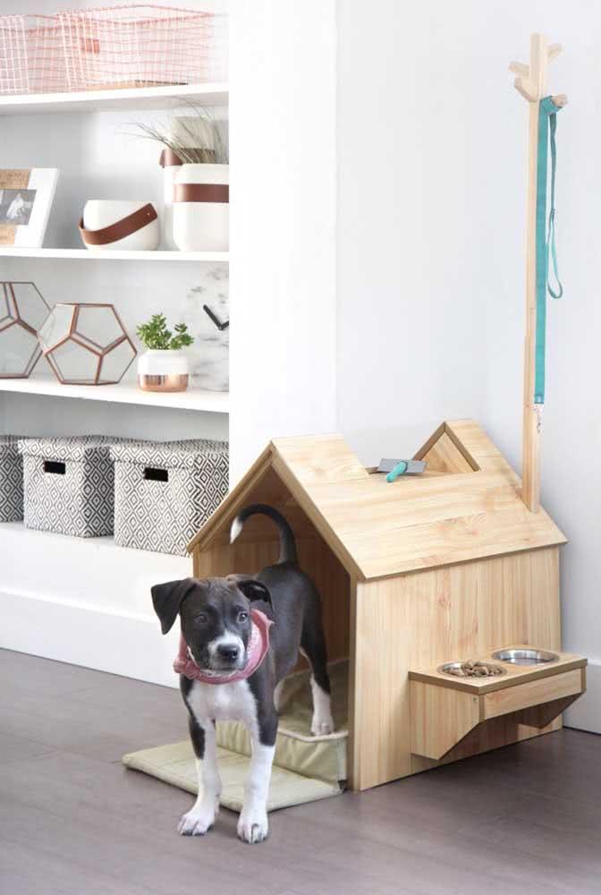 Que tal uma casinha de cachorro que já vem com comedouro?