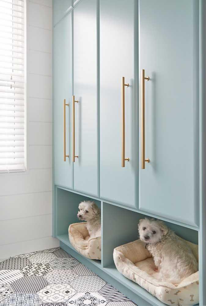 E o que acha de planejar o seu guarda roupa com espaço para a casinha do cachorro?