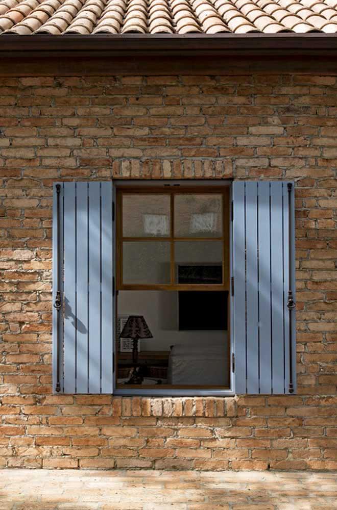 Janela guilhotina antiga para combinar com a parede de tijolinhos