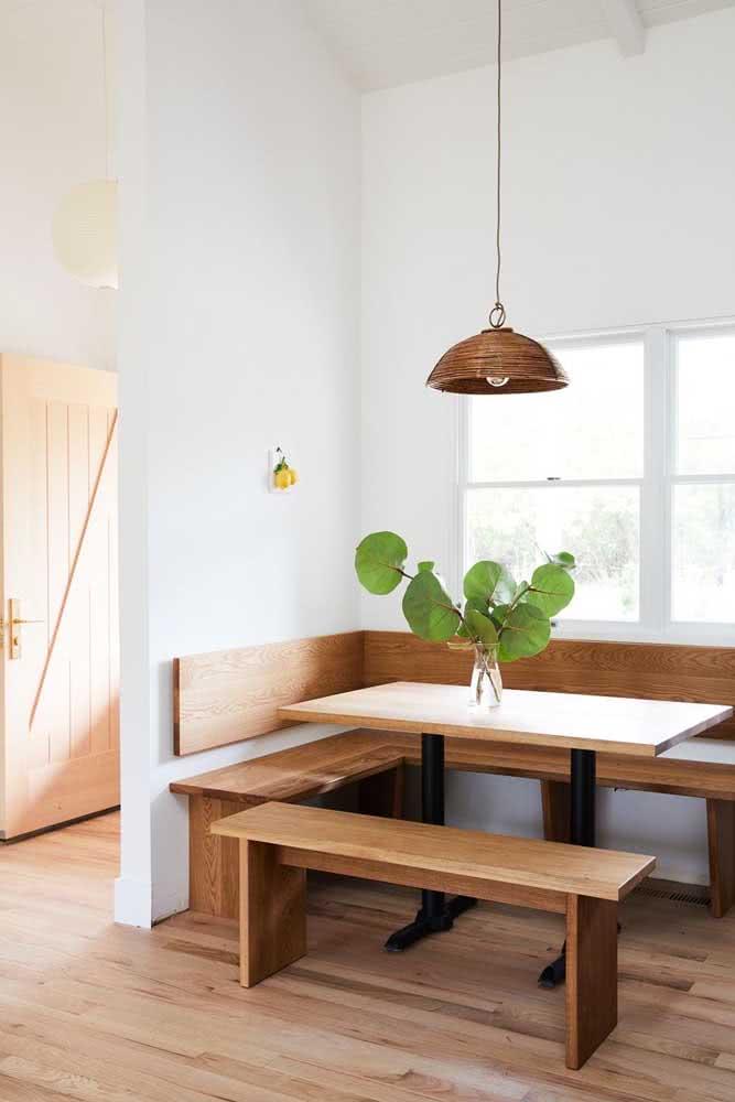 Sala de jantar com janela guilhotina de alumínio branco. Repare que a janela passa discretamente pelo ambiente