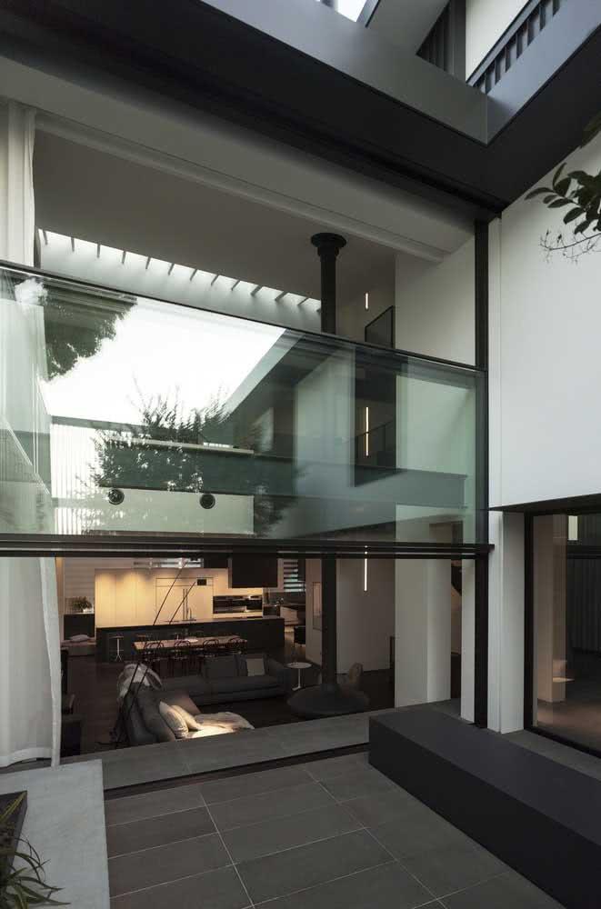 E que tal um modelo de janela guilhotina que funciona também como divisória de ambientes?