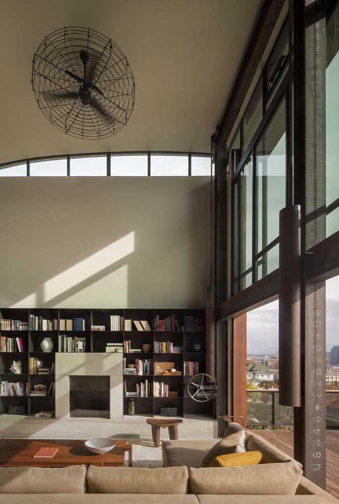 Casa moderna com janela guilhotina que serve também como porta e divisória de ambientes