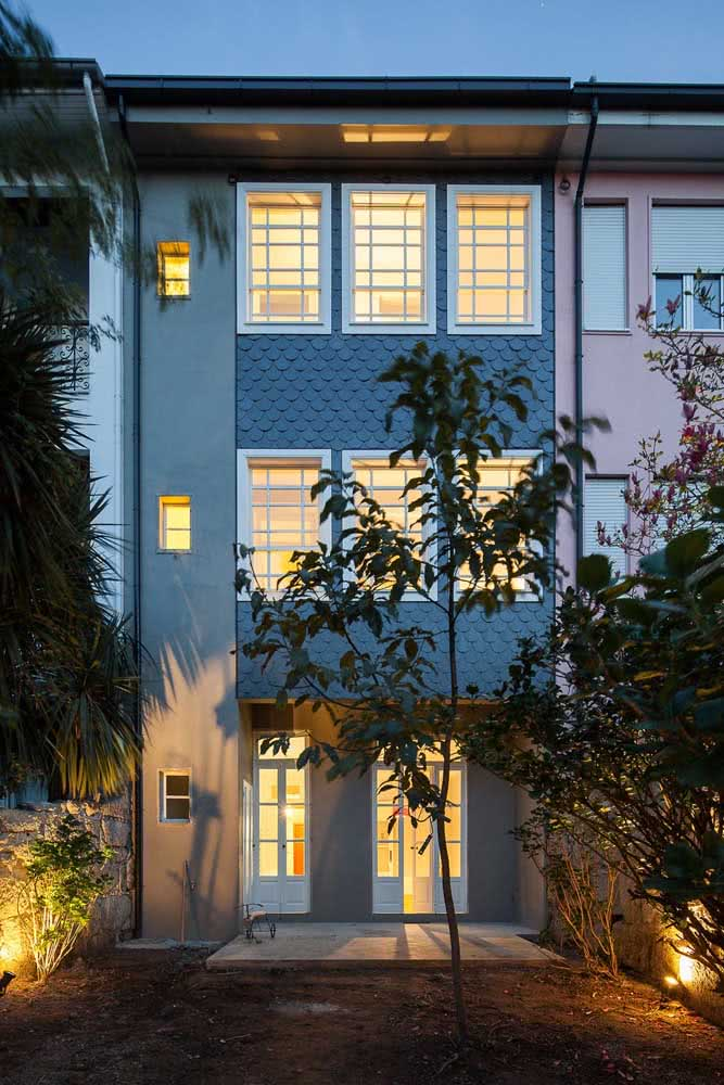 Uma fachada cheia de janelas guilhotinas!