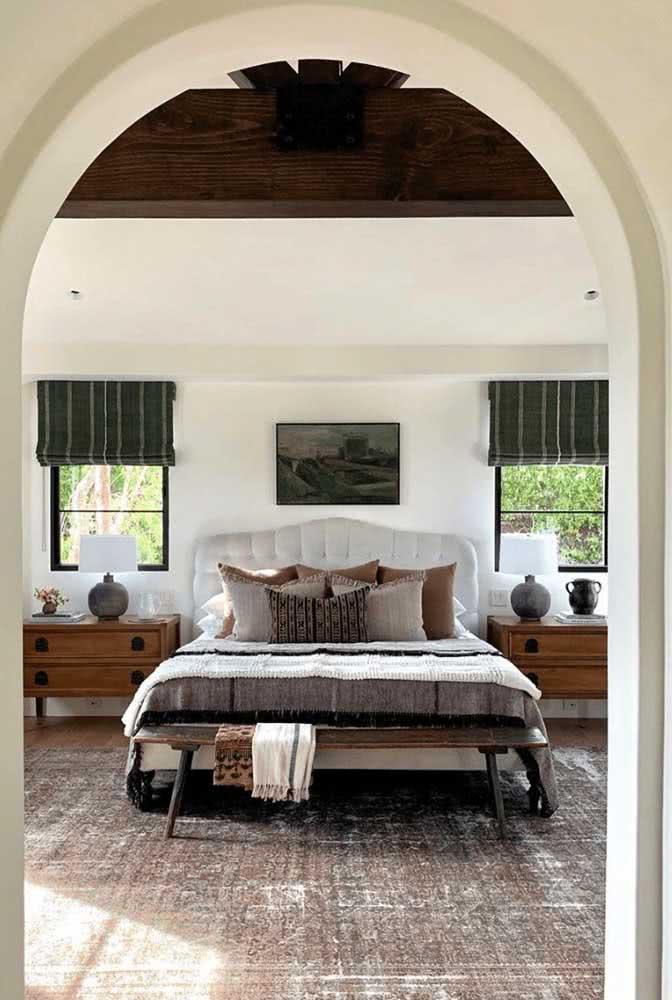 E para controlar a luz que entra no quarto nada como uma persiana instalada junto a janela guilhotina