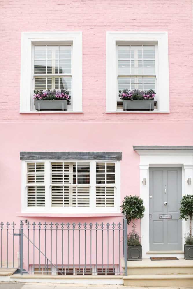 Essa casa ganhou ares românticos com a janela guilhotina branca
