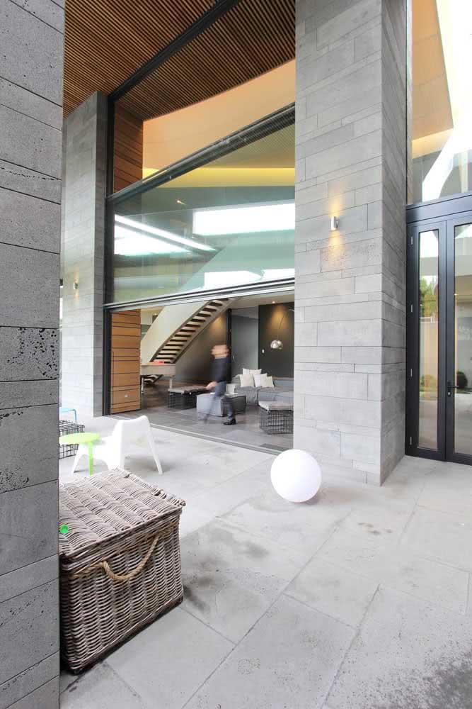 Janela guilhotina em uma versão bem moderna. Repare que o vidro toma conta da maior parte da estrutura