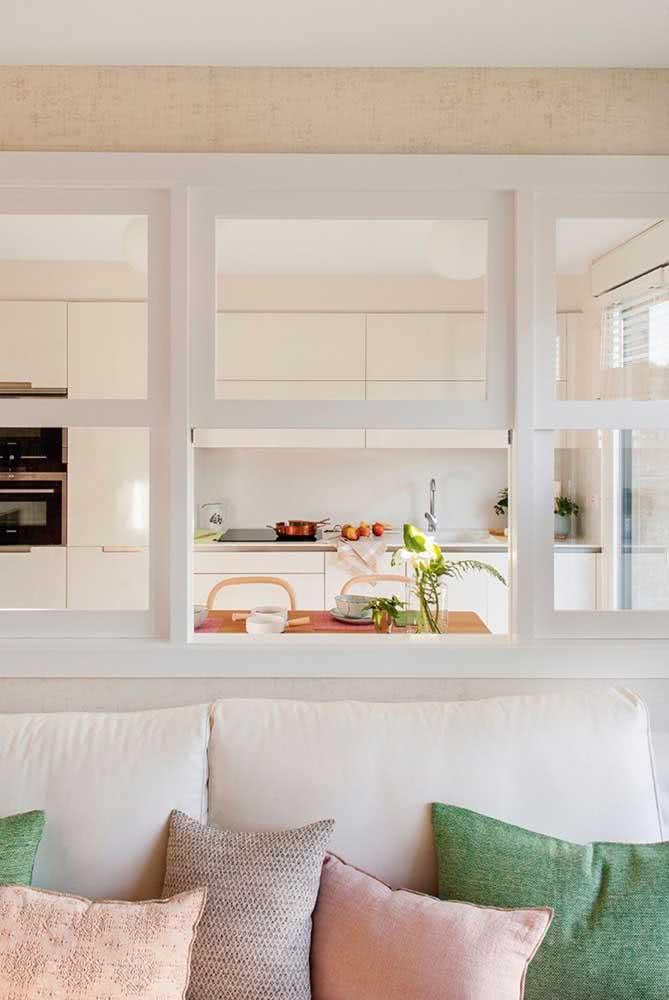 Janelas guilhotinas para delimitar com muito charme o espaço entre a sala de estar e a cozinha