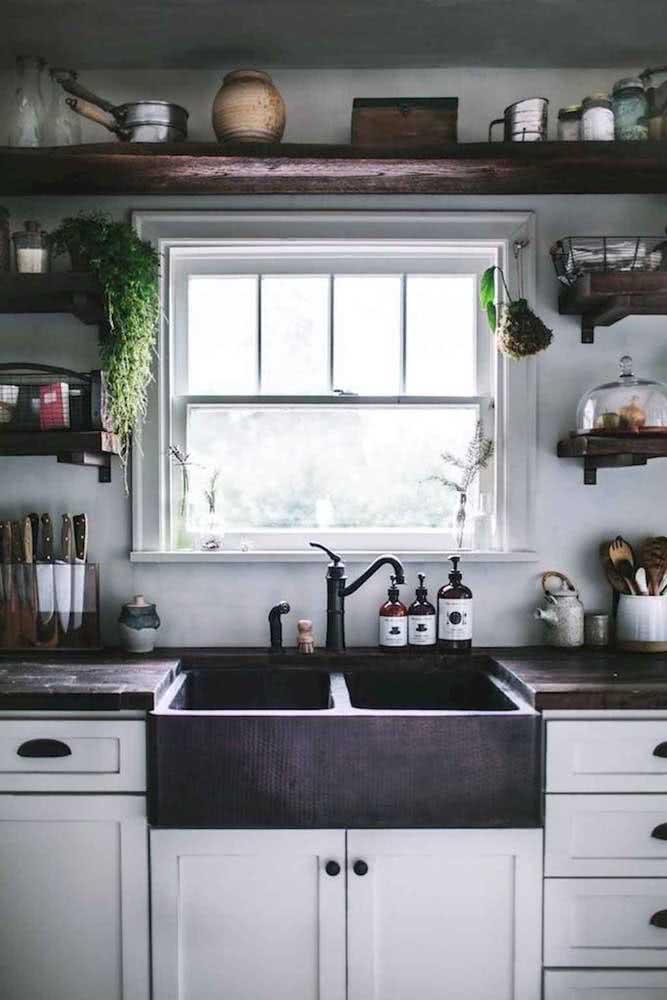 Cozinha retrô com janela guilhotina antiga, um charme só!