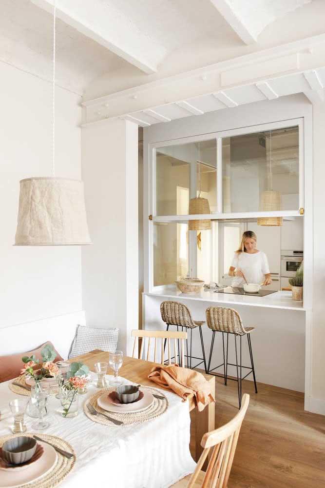 Mais um lindo exemplo de como a janela guilhotina pode fazer a separação entre os ambientes da casa