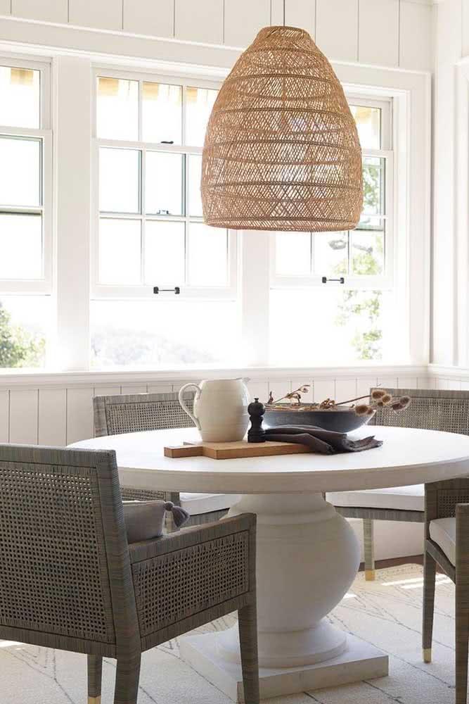 Sala de jantar com trio de janela guilhotina branca. A luminosidade ganha destaque no ambiente