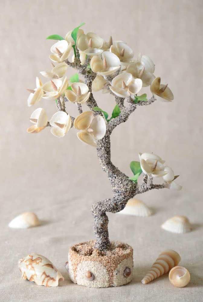 Já pensou em fazer um bonsai com conchas do mar? Essa é a ideia aqui!