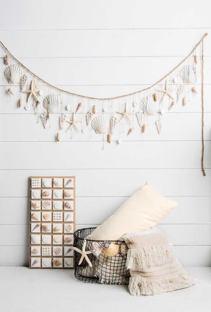 Um cantinho da casa todo reservado para o artesanato com conchas, do varalzinho na parede ao cesto decorado