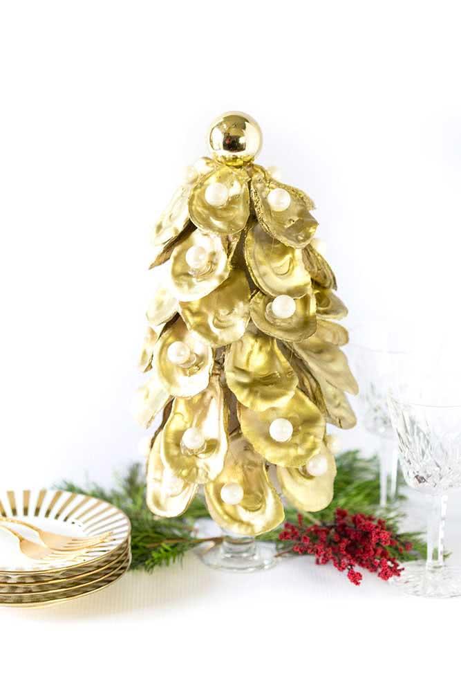 Árvore de natal feita com conchas do mar pintadas de dourado