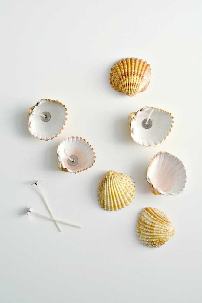 Faça velas dentro das conchas do mar