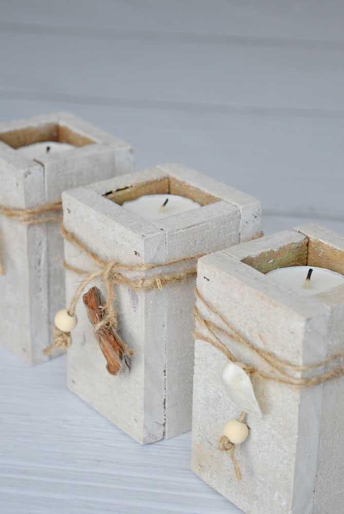 Aqui, o porta velas ganhou a decoração de conchas e fios de sisal